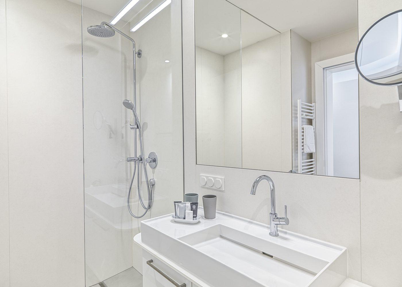 Interieur Badezimmer - Dusche Waschbecken Spiegel